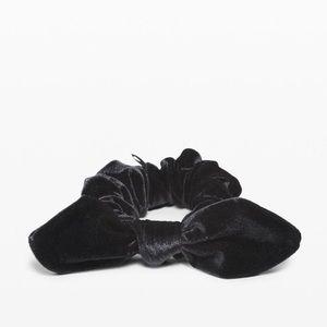 Lululemon Uplifting Scrunchie Bow NWT Velvet Black